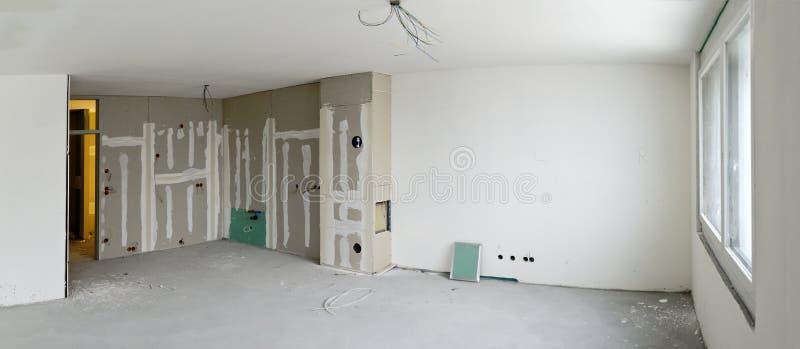 Живущая комната с углом кухни под конструкцией стоковая фотография rf