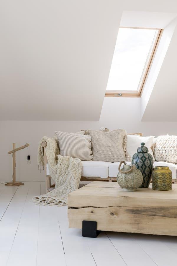 Живущая комната с этническими вазами стоковая фотография