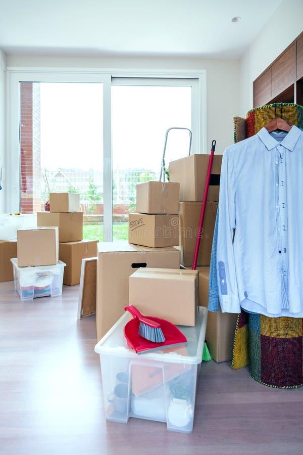 Живущая комната с moving коробками стоковое фото