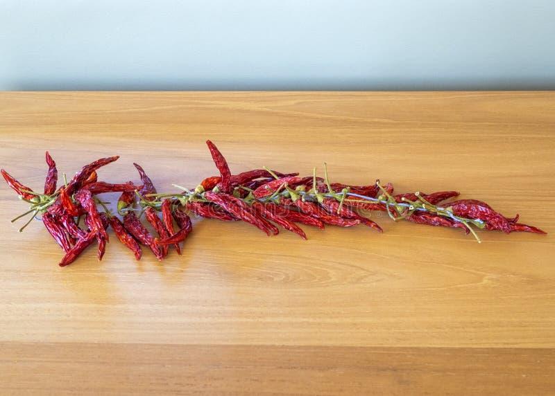 Живые высушенные накаленные докрасна перцы chili на строке стоковое изображение rf