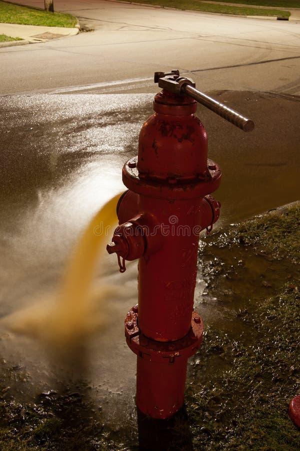 Жидкостный огнетушитель с ключем на ноче стоковые фотографии rf