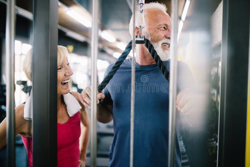 Жизненно важные зрелые пары работая в спортзале стоковые изображения rf