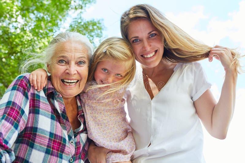 Жизнерадостная бабушка с дочерью и внучкой стоковая фотография rf