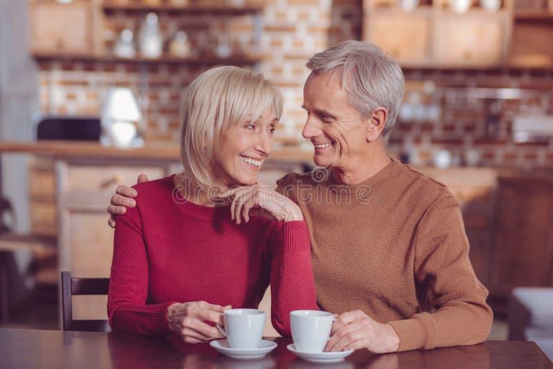 Жизнерадостная белокурая женская держа улыбка на стороне стоковые фотографии rf