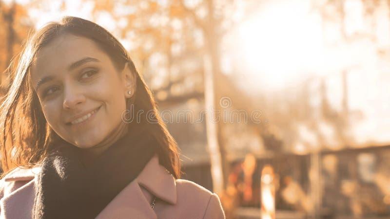 Жизнерадостная воодушевленная молодая женщина усмехаясь, чувствуя новые возможности, социальный обзор стоковое фото rf
