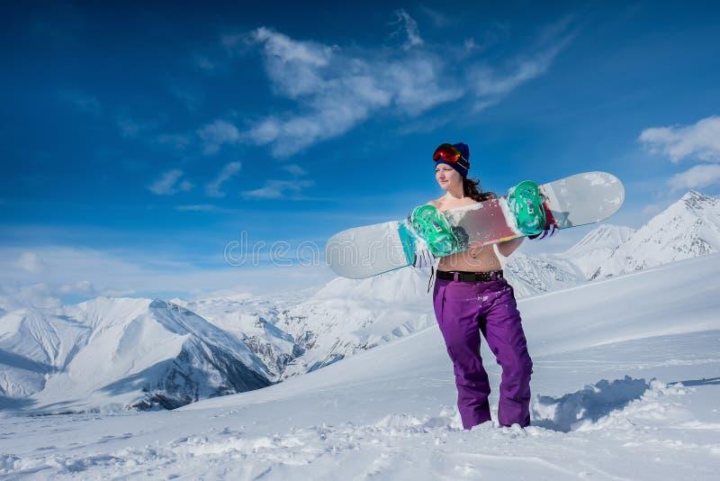 Жизнерадостная девушка в купальнике держит доску сноуборда Зима _ стоковые фотографии rf