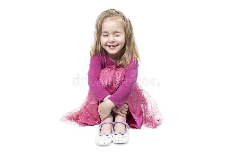 Жизнерадостная девушка обнимает ее колени стоковые изображения rf