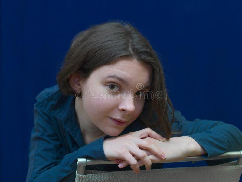 Жизнерадостная девушка сидя на стуле стоковое изображение rf