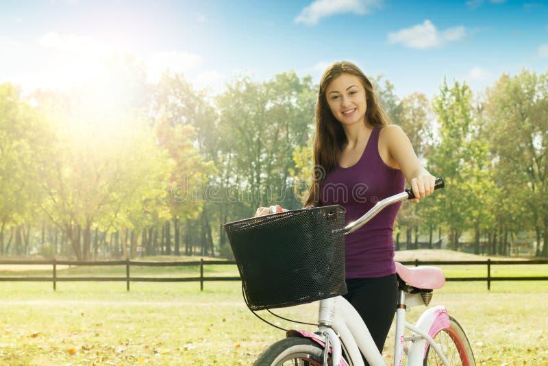 Жизнерадостная девушка с велосипедом стоковое изображение