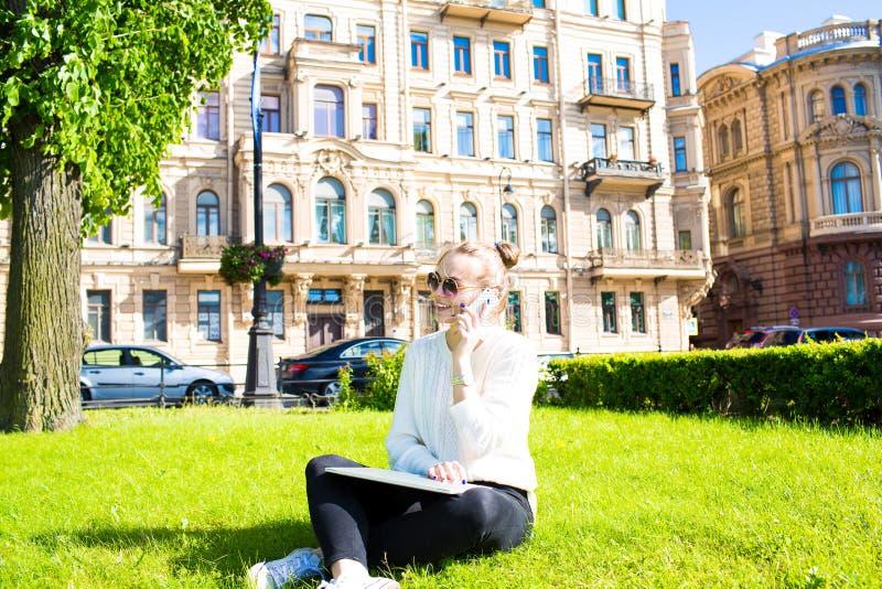 Жизнерадостная женщина вызывая через телефон клетки во время времени воссоздания outdoors стоковая фотография