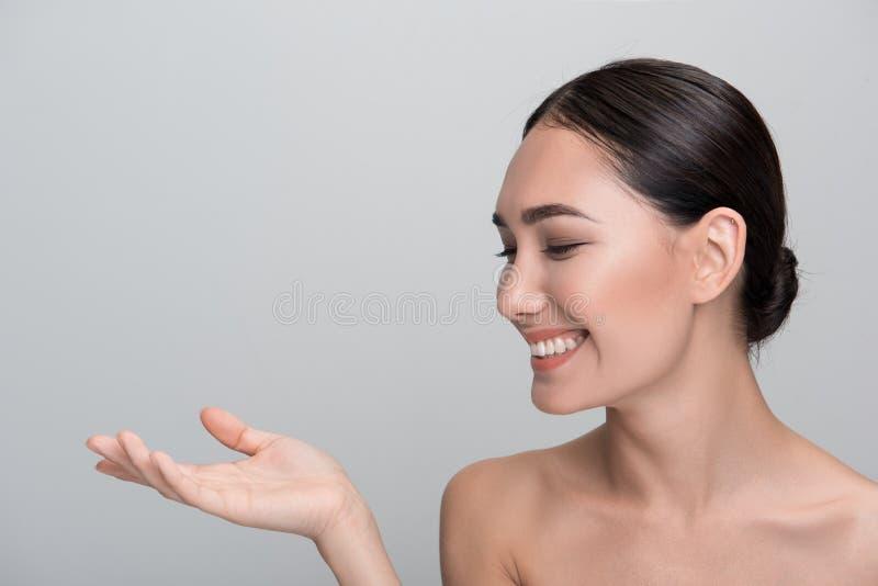 Жизнерадостная женщина выражает gladness стоковая фотография rf