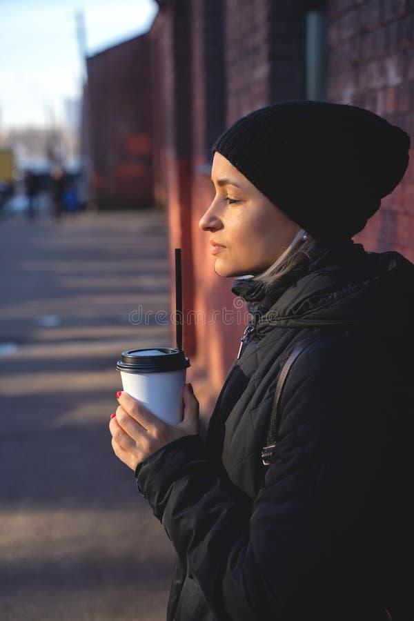 Жизнерадостная женщина в кофе утра улицы выпивая на зимнем времени стоковые фотографии rf