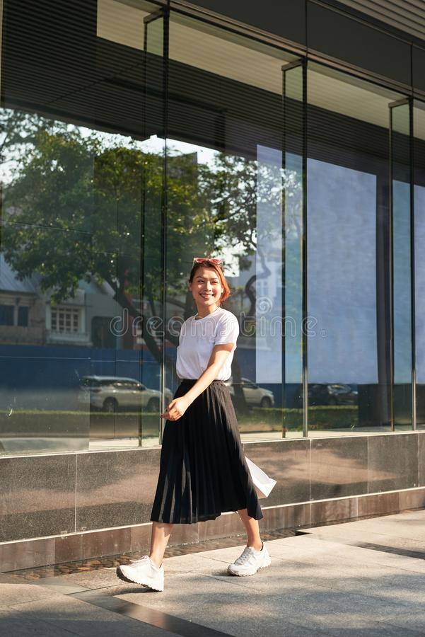 Жизнерадостная женщина делая покупки в большом городе стоковое изображение rf