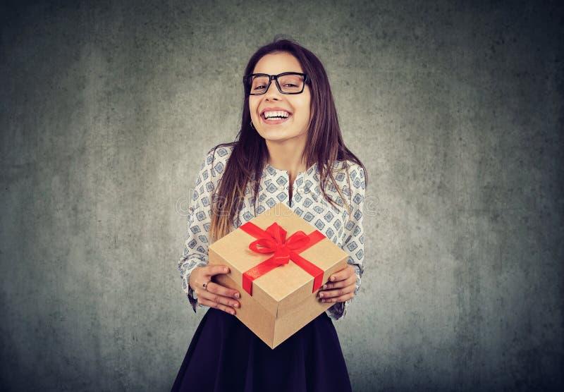 Жизнерадостная женщина с подарочной коробкой стоковое фото rf