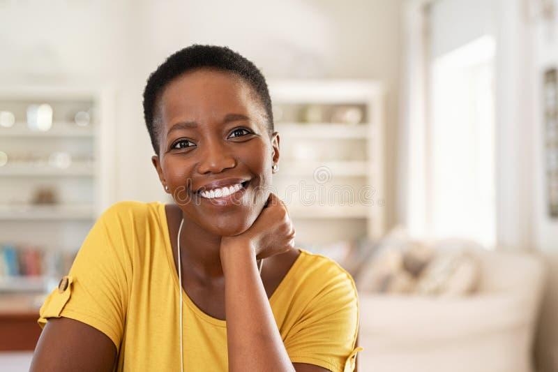 Жизнерадостная зрелая чернокожая женщина стоковые изображения rf