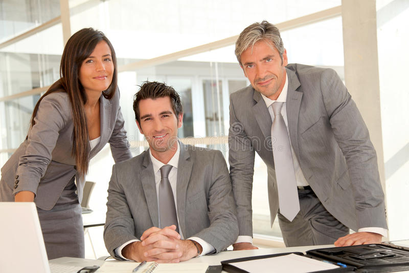 Жизнерадостная команда дела в офисе стоковое фото rf