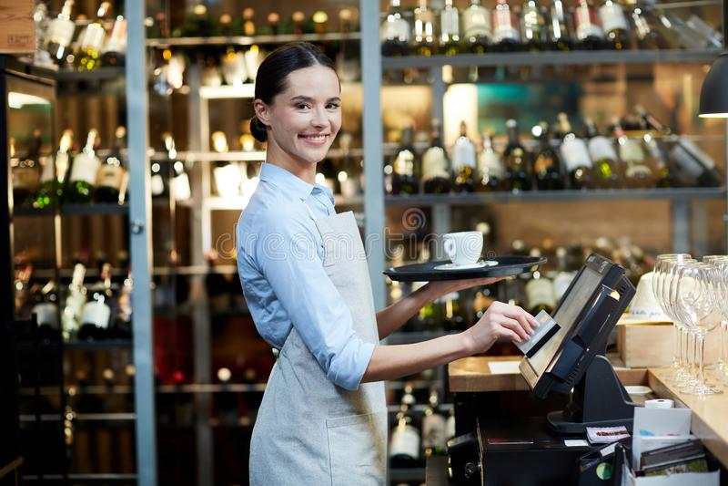 Жизнерадостная официантка стоковое фото rf