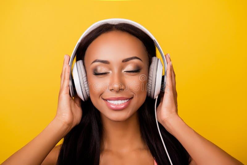 Жизнерадостная стильная афро дама с бронзовой кожей, настолько прелестный, спокойной стоковое изображение