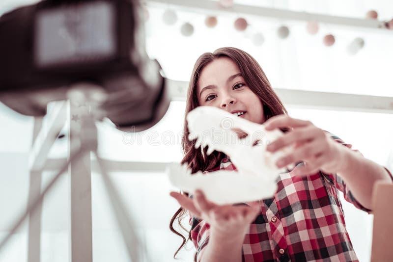 Жизнерадостная счастливая девушка держа модель динозавра стоковая фотография rf