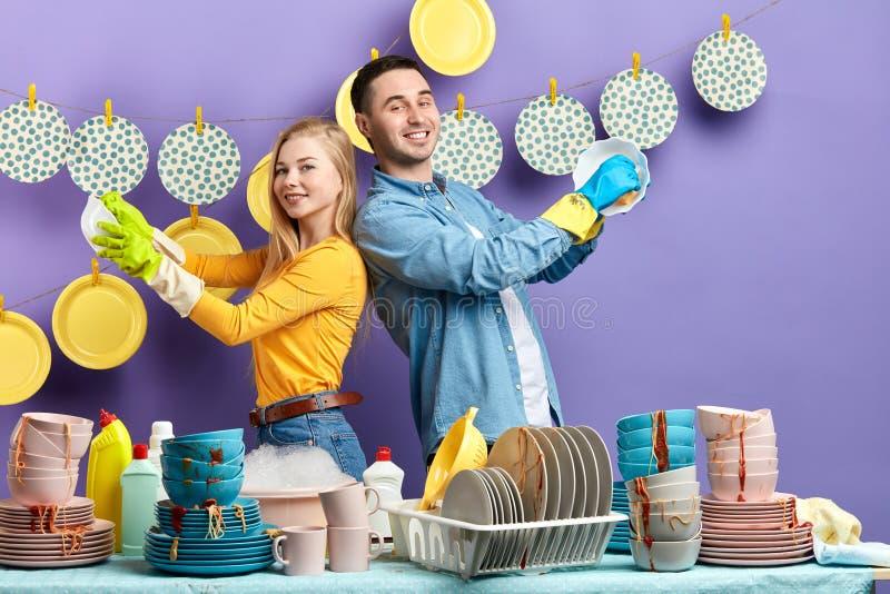 Жизнерадостная счастливая семья наслаждаясь работой в кухне стоковые фотографии rf
