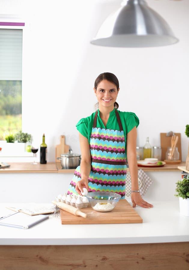 Жизнерадостная усмехаясь женщина варя в кухне стоковые изображения rf