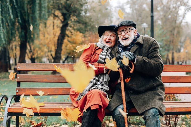 Жизнерадостная элегантная женщина обнимая ее зрелого партнера стоковое фото rf