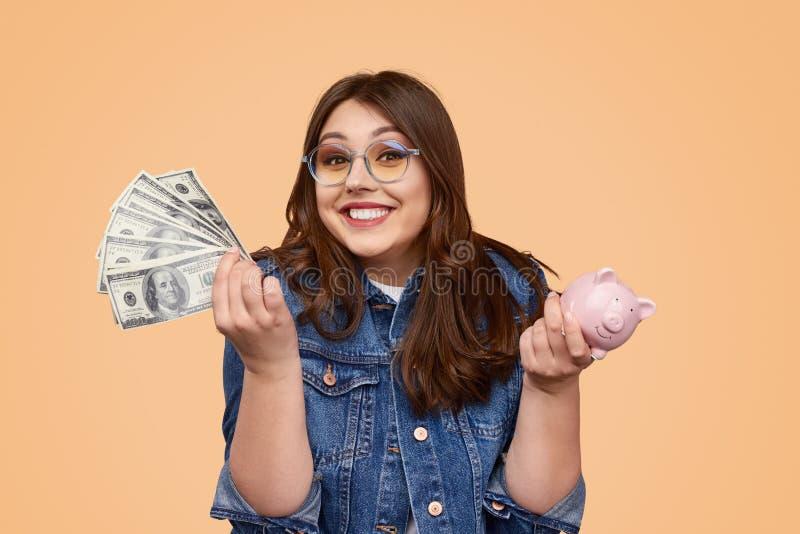 Жизнерадостная curvy женщина со сбережениями стоковые изображения rf