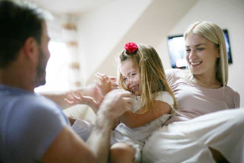 Жизнерадостно счастливая семья дома стоковые фотографии rf