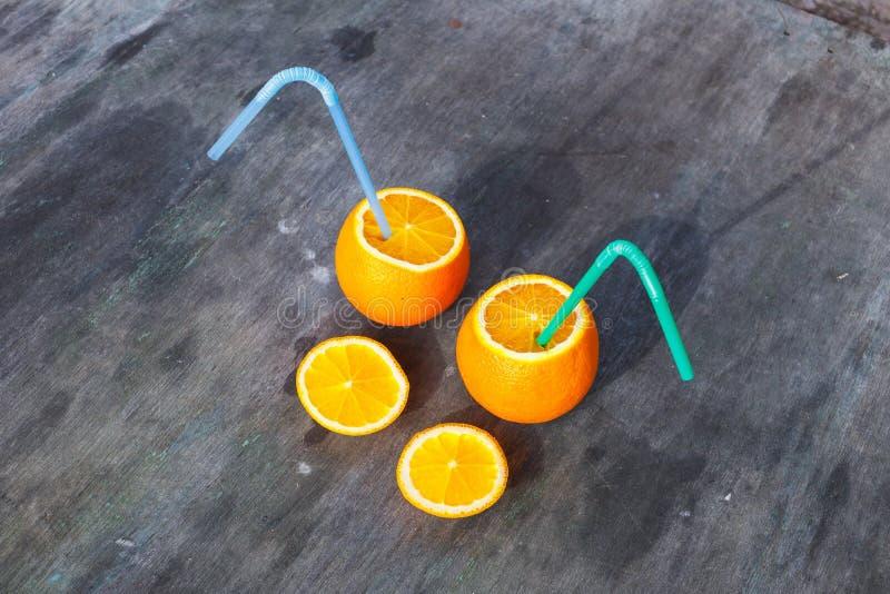 Жизнерадостные апельсины друзей с tubules отдыхают в лесе стоковое изображение rf