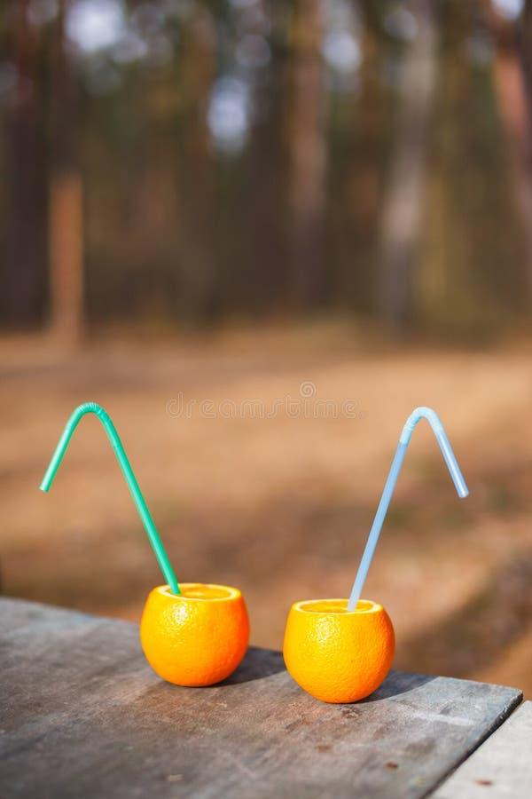 Жизнерадостные апельсины друзей с tubules отдыхают в лесе стоковая фотография rf