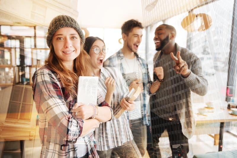 Жизнерадостные друзья выражая счастье в кафе стоковые фото