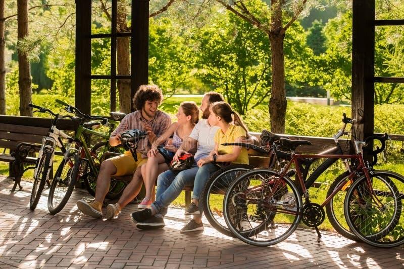 Жизнерадостные друзья отдыхая совместно outdoors стоковые фото