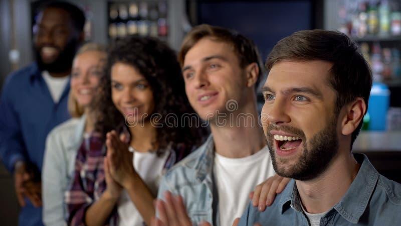 Жизнерадостные зрители спички празднуя цель, поддерживая команду, развлечения стоковые изображения rf