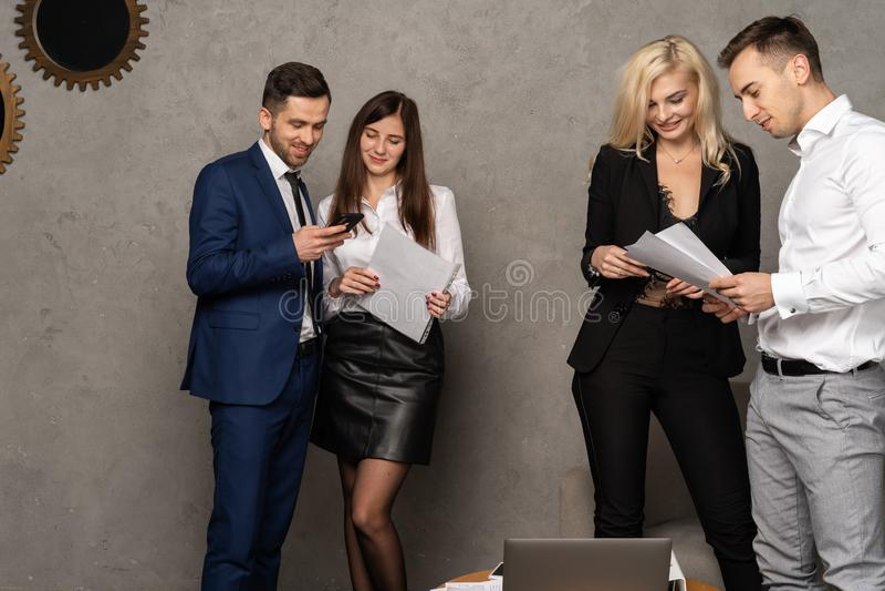 Жизнерадостные коллеги обсуждая стратегии в творческом офисе стоковые фотографии rf