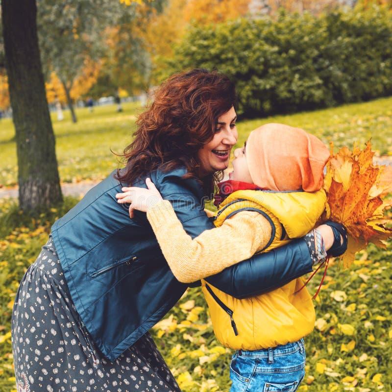 Жизнерадостные мать и сын outdoors иметь потехи семьи счастливый стоковая фотография