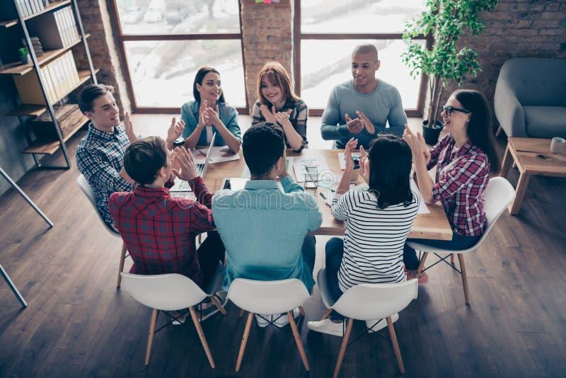 Жизнерадостные партнеры участвуют в гонке возбужденные профессионалы специалистов парней коллег коллективно обсуждать корпоративн стоковая фотография rf