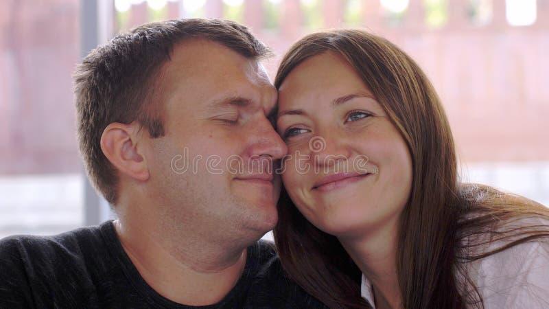 Жизнерадостные пары в влюбленности прижимаясь в парке стоковая фотография