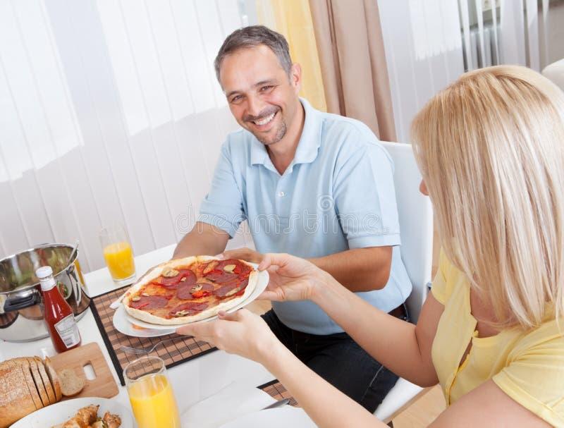 Жизнерадостные пары есть обед стоковое фото