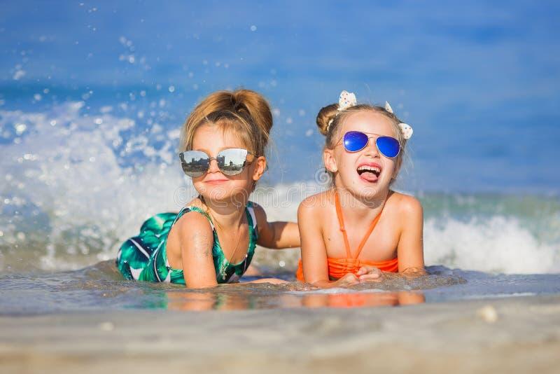 Жизнерадостные подруги играя вокруг на каникулах стоковые фото
