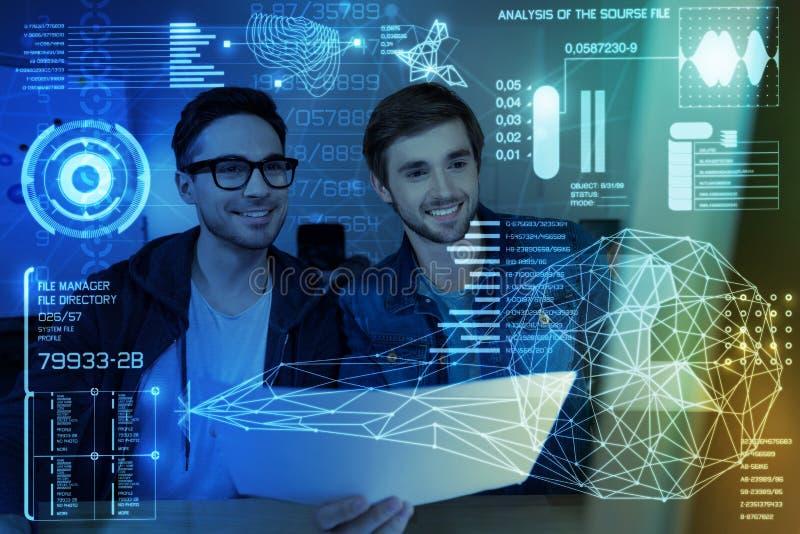Жизнерадостные программисты работая совместно стоковая фотография rf