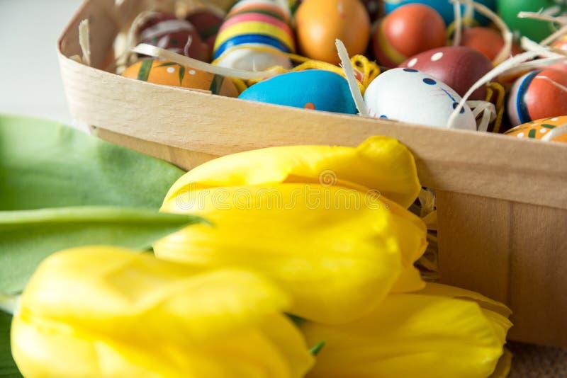 Жизнерадостные, яркие, солнечные и красочные украшения пасхи для дома Все готово отпраздновать: яйца, цветки, краски, стоковая фотография rf