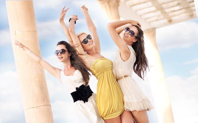 жизнерадостные 3 женщины стоковые фотографии rf