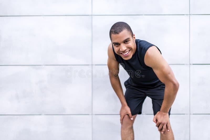 Жизнерадостный Афро-американский спортсмен стоковое фото rf