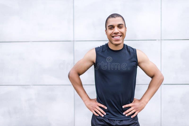 Жизнерадостный Афро-американский спортсмен стоковые фотографии rf