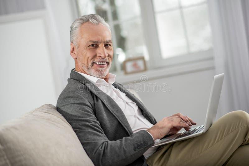 Жизнерадостный бородатый человек представляя на камере стоковые изображения rf