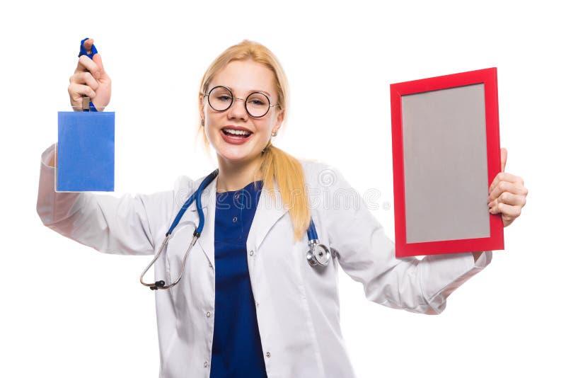 Жизнерадостный доктор женщины в белом пальто с наградой стоковое фото rf