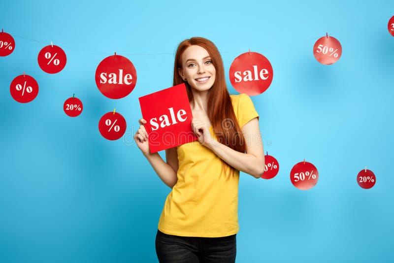Жизнерадостный молодой женский клиент получить удовольствие от продаж стоковое изображение