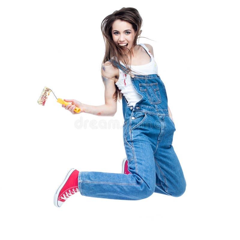 Жизнерадостный молодой кавказский сумасшедший скакать женщины стоковое фото