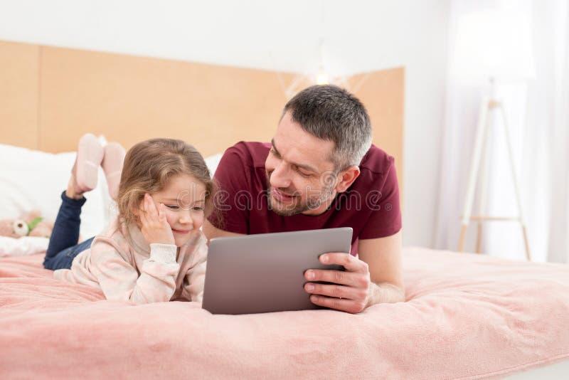 Жизнерадостный отец тратя время с его дочерью стоковые изображения