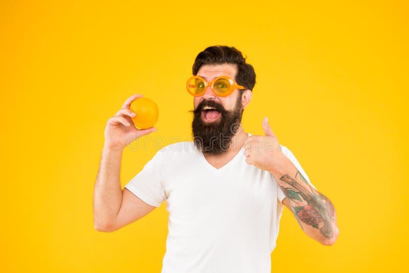 Жизнерадостный парень со зрелым плодом r r Питание лета Хипстер с бородой в настроении лета стоковое изображение